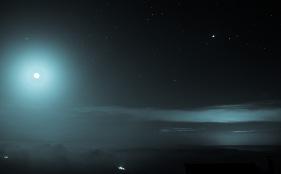 Contaminación lumínica visible a pesar da presenza da Lúa.