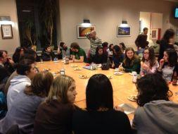 As damas e cabaleiros da mesa cadrada conversan sobre a contaminación lumínica.