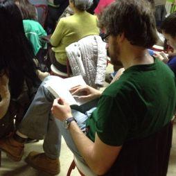 Un participante le a guía da actividade.