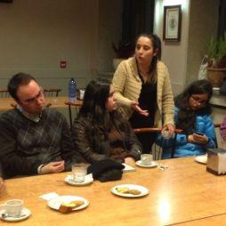 Lucía fala durante o café.