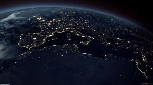 Europa e Norte de África de noite.